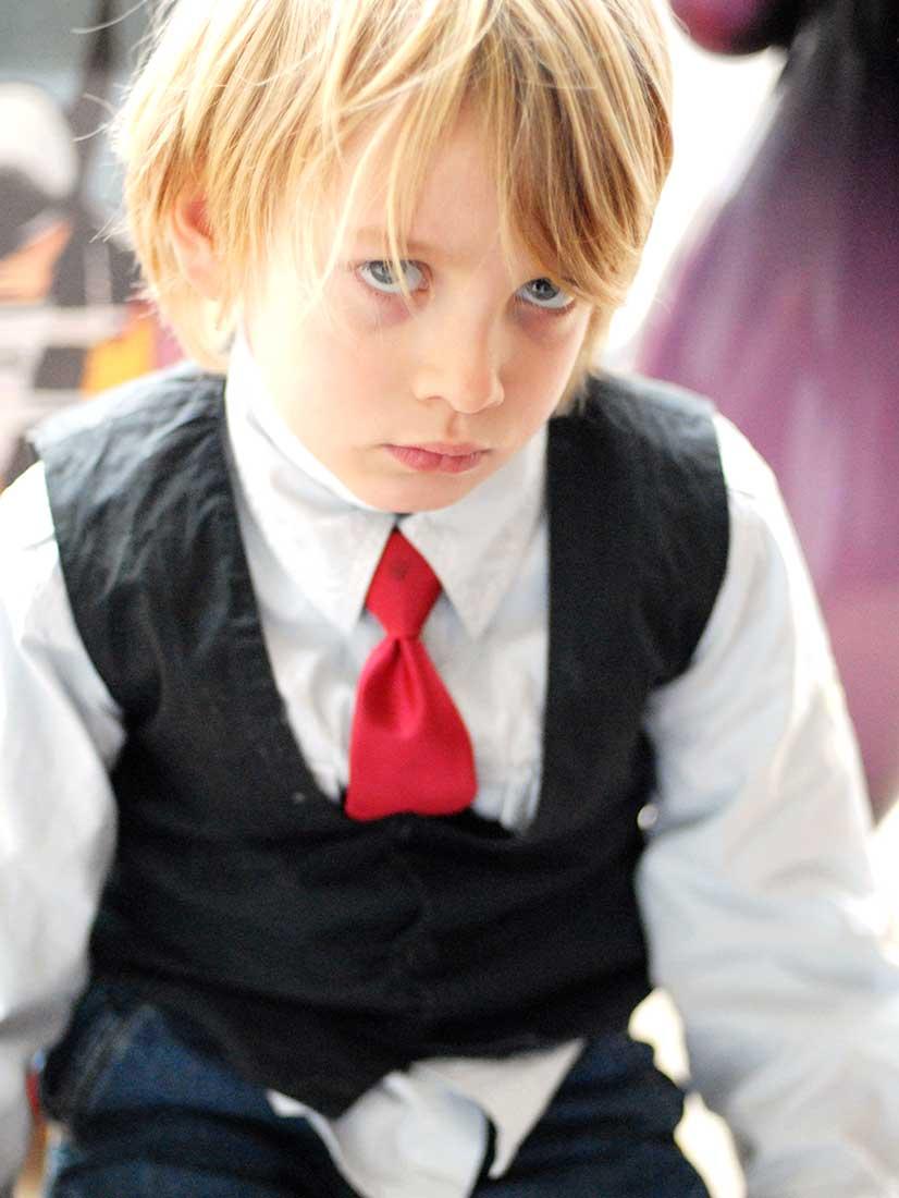 kleiner Junge auf einer Hochzeit