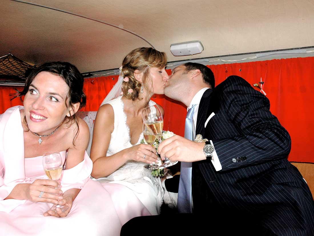 Kuss im Hochzeitsbuss Bulli